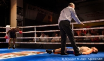 Gala de boxe Fight Club #22, présenté par Eye of the tiger Management, au Centre Claude-Robillard, à Montréal, Québec, Canada, le jeudi 7 juillet 2016. Sur cette photo: Josue St-Cyr (culotte mauve et or) vs Mike Breton (culotte bleue et blanche) SÉBASTIEN ST-JEAN/AGENCE QMI