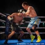 Gala de boxe Fight Club #22, présenté par Eye of the tiger Management, au Centre Claude-Robillard, à Montréal, Québec, Canada, le jeudi 7 juillet 2016. Sur cette photo: Batyr Jukembayev (culotte bleue et or) vs Randy Lozano (culotte noire) SÉBASTIEN ST-JEAN/AGENCE QMI