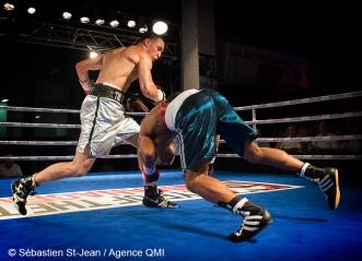 Gala de boxe Fight Club #22, présenté par Eye of the tiger Management, au Centre Claude-Robillard, à Montréal, Québec, Canada, le jeudi 7 juillet 2016. Sur cette photo: Steven Butler (culotte argent) vs Robson Assis (culotte bleue) SÉBASTIEN ST-JEAN/AGENCE QMI